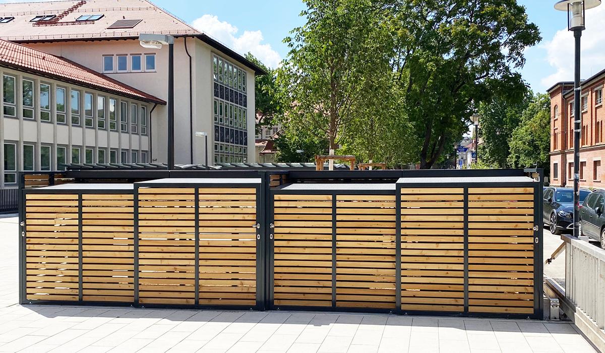 <h5>Mülltonnen-Boxen mit Schiebetür aus Holz</h5>