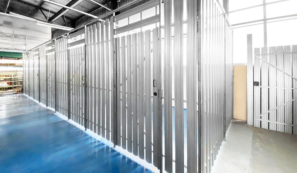 <b>Industrie-Trennwand aus Stahllamellen</b>
